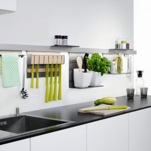 Dzięki systemowi relingowemu LINERO, drobne akcesoria kuchenne, a nawet tablet są zawsze pod ręką.