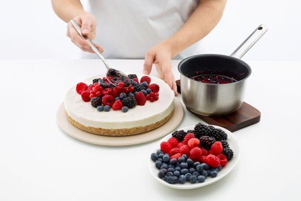 Jak smakuje lato? Jak słodka lemoniada, orzeźwiające sorbety i… bita śmietana oczywiście! Od nich już tylko krok do tart i torcików, koniecznie z owocami. Truskawki, maliny, czereśnie, jagody – nie tylko wybornie smakują, ale i dają pole do