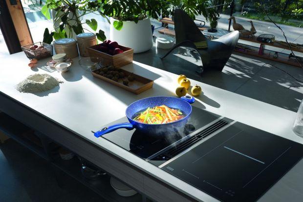 Patrząc się na czarną, szklaną powierzchnię urządzeń Franke Mythos, osadzonych w kuchennym blacie trudno w pierwszej chwili określić ich funkcję. Do płyt indukcyjnych zdążyliśmy się już na dobre przyzwyczaić, ale okapy montowane na równi