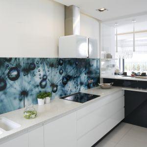 Jej czarno-biała oprawa to element bardzo nowoczesny, podobnie jak odważna tapeta na ścianie nad blatem. Projekt Renata Modrzyńska-Kasiak. Fot. Bartosz Jarosz.
