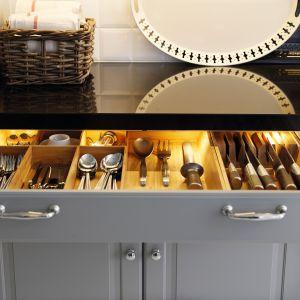 Oświetlenie szuflad ułatwia szybkie odnalezienie sztućców. Automatycznie włącza się w momencie otwierania. Gaśnie, gdy szuflada jest zamknięta. Na zdjęciu: meble firmy IKEA
