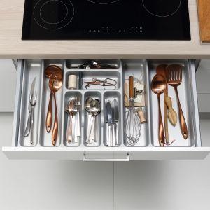 Wkład z tworzywa ułatwia zorganizowanie przestrzeni szuflady pod płytą grzejną. W przegródkach łatwo posegregować sztućce kuchenne. Na zdjęciu: meble firmy Nolte Küchen