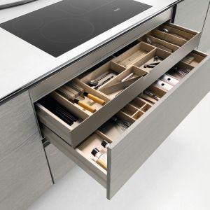Dwie szuflady: w większej przechowuje się sztućce częściej używane, a w wewnętrznej – rzadziej. Na zdjęciu: meble firmy Häcker