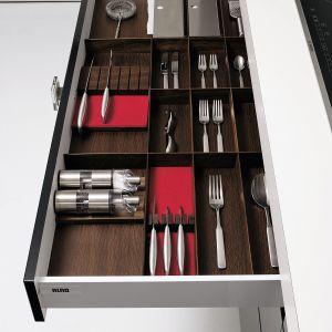 Wnętrze szuflady w tym sam wykończeniu co fronty mebli. Takie detale świadczą o klasie mebli. Na zdjęciu: meble marki Alno