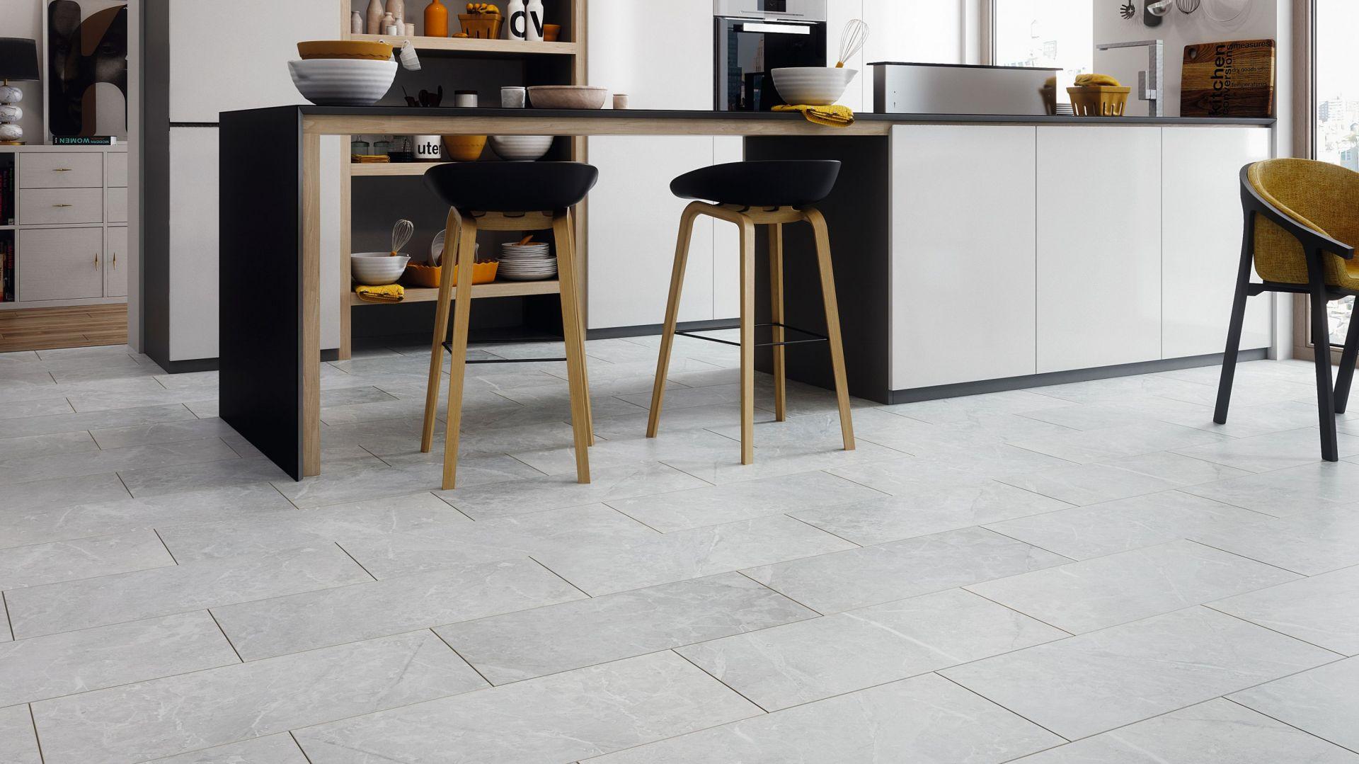 Kolekcja Visiogrande to panele podłogowe w postaci płytek. Kamienna struktura, przypominająca tę, która pokrywa kafle oraz rozmiar powodują, że deski trudno odróżnić od płytek. RuckZuck