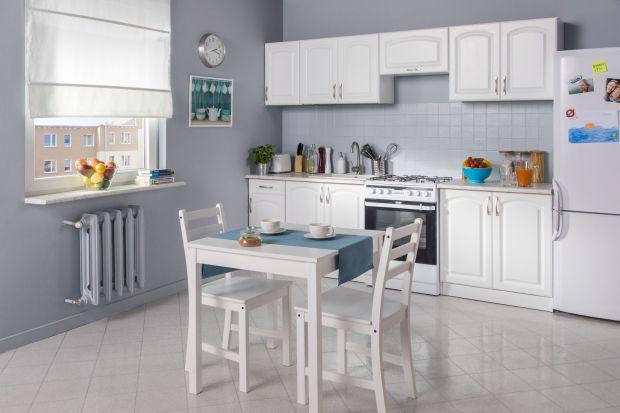 Remont w kuchni bez konieczności skuwania płytek? Brzmi ciekawie! Czasem wystarczy pomalować kafelki i zmienić kolor ścian, aby nadać wnętrzom zupełnie inny, nowy styl. Niemodne już wzory i odcienie można łatwo odświeżyć i stworzyć kuchnię