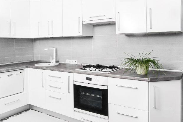 Przygotowywanie potraw w kuchni urządzonej funkcjonalnie, a zarazem elegancko, to prawdziwa przyjemność. Kuchenne wnętrza coraz częściej aranżowane są zatem w duchu minimalistycznym, gdzie królują gładkie powierzchnie mebli i proste w formie ak