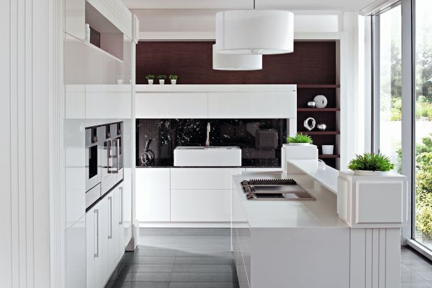 Moda nobilituje łączenie stylów w kuchni. Przykład: nowoczesność z klasyką. Pod wspólnym mianownikiem bieli to zestaw elegancki i ponadczasowy.