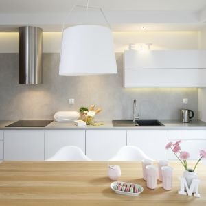 W kuchni dominuje biel i drewno. Nowoczesny charakter aranżacji podkreśla beton. Do niego dobrano szare dodatki. Projekt Przemysław Kuśmierek. Fot. Bartosz Jarosz.