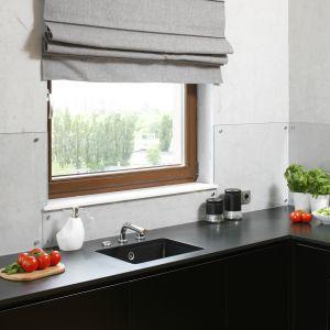 Ścianę nad blatem zdobi stiuk imitujący beton. Dodatkowo zabezpiecza ją transparentne szkło. Projekt Małgorzata Łyszczarz. Fot. Bartosz Jarosz.