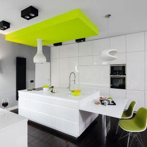 Za minimalistycznym kształtem białej zabudowy meblowej, kryje się wiele pomysłowych rozwiązań, które zapewniają komfort podczas wykonywania codziennych prac kuchennych. Projekt Justyna Smolec. Fot. Bartosz Jarosz.
