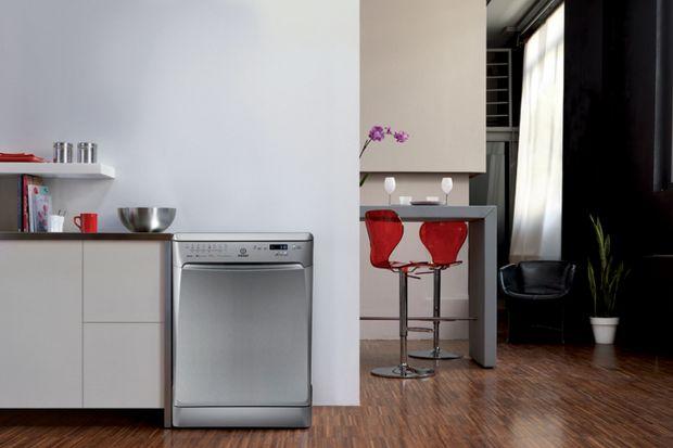 Zmywarka – sprzęt, bez którego większość z nas nie wyobraża sobie życia. Automatyczne mycie naczyń pozwala nam oszczędzać energię, wodę oraz czas, co nabiera szczególnej wartości w domu kilkuosobowej rodziny. Eksperci marki Indesit radzą,