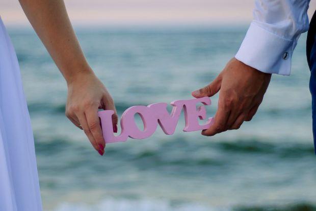 Sierpień jest najbardziej popularnym miesiącem zaślubin w Polsce. Piękna aura, wciąż długie i ciepłe wieczory oraz magiczne 'r' w nazwie miesiąca, zachęcają Młodych do powiedzenia sobie 'tak'. Podczas gdy przyszli nowożeńcy wkładaj�