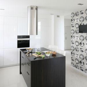 Modna biała kuchnia. Projekt Karolina i Artur Urban. Fot. Bartosz Jarosz.
