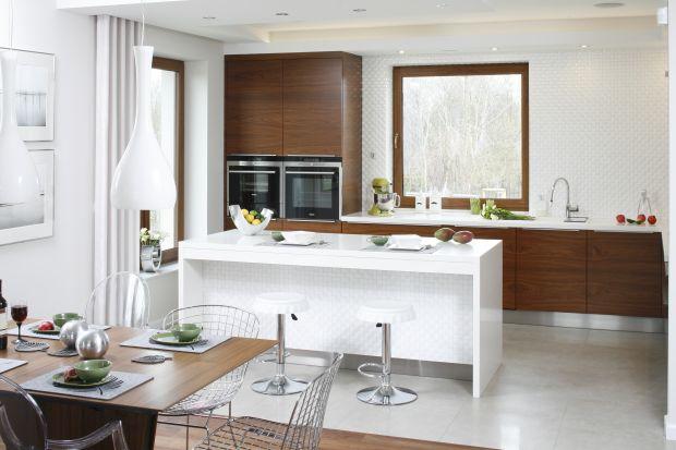 Biała kuchnia z drewnem. Zobacz 20 pięknych zdjęć