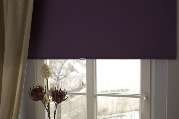 Zieleń, pomarańcz, czekoladowy brąz, zgaszone żółcienie – polska złota jesień zachwyca paletą barw, które z powodzeniem można zatrzymać na dłużej w czterech kątach. Dekoracja okna z zastosowaniem tych kolorów i naturalnych ozdób stworzy