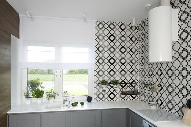 Zlew pod oknem to doskonały pomysł na urządzenie strefy zmywania. Sprawdzi się zarówno w nowoczesnych, jak i stylowych aranżacjach.
