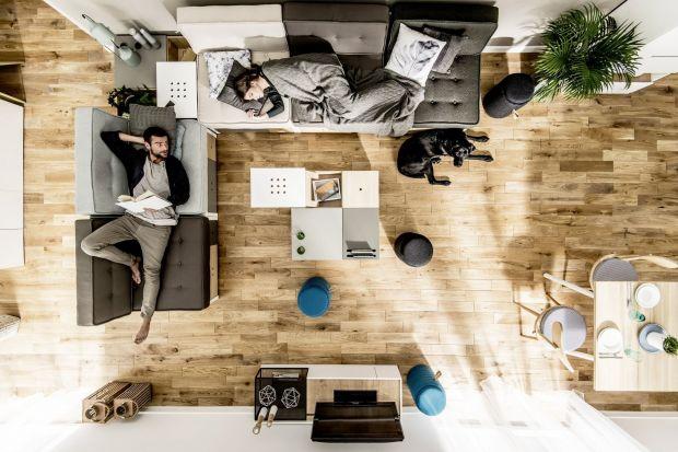 Drewniana podłoga to marzenie wielu urządzających i remontujących wnętrza. Kojarzy się z ciepłem domowego ogniska, szlachetnością i naturalnością. Jednak wraz z marzeniami pojawiają się obawy o jej praktyczność i wytrzymałość. Dąb Kateg