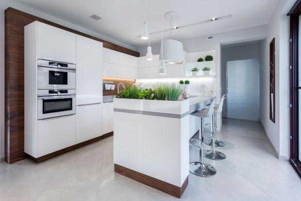 Biała kuchnia. 7 pięknych wnętrz z wyspą