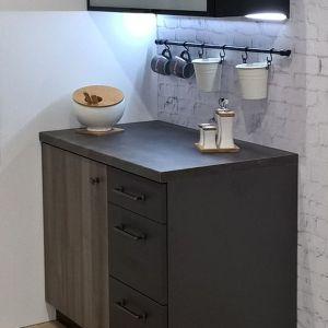 Ulubione kubki mogą być w zasięgu Twojej ręki, a mocowanie relingu przy kuchence to prosty sposób na dostęp do naczyń. Fot. Gamet S.A. - system relingowy.