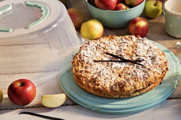 W szarlotce najczęściej znajdziemy jabłka, choć niektórzy dodają też inne owoce takie jak na przykład gruszki czy morele oraz rodzynki i przyprawy korzenne, przede wszystkim cynamon i goździki. Smaczna i pachnąca gości nie tylko w większości