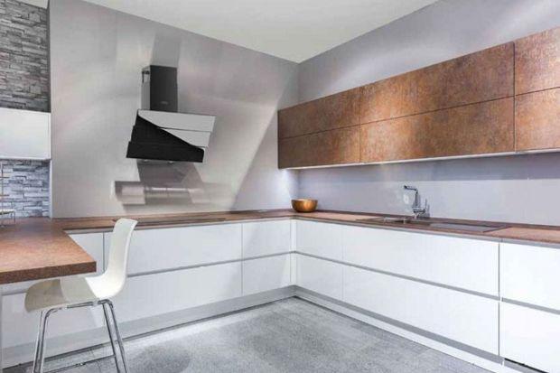 Okap, jako nieodłączna część każdej przestrzeni kuchennej, powinien nie tylko skutecznie oczyszczać powietrze, ale również spójnie komponować się z zabudową meblową. Niektóre urządzenia, poza wyjątkową funkcjonalnością, mogą także st