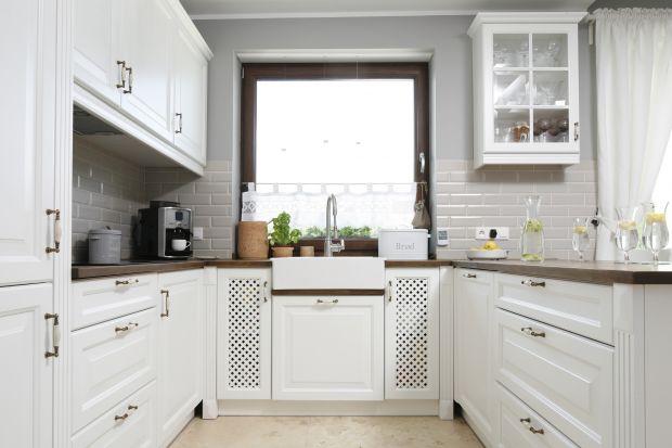 Zlew pod oknem to doskonały pomysł na aranżację kuchni. Poznajcie wszystkie plusy tego rozwiązania.