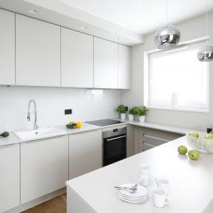 Białe ściany w kuchni. Projekt Katarzyna Uszok. Fot. Bartosz Jarosz.