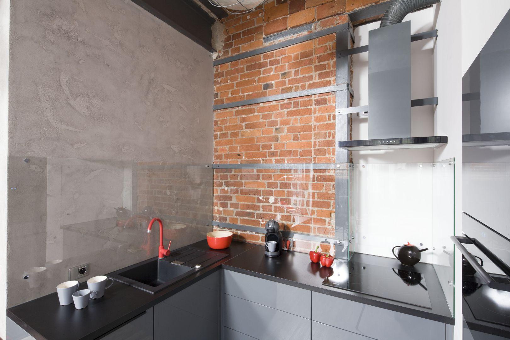 Beton na ściany w kuchni. Projekt Nowa Papiernia. Fot. Bartosz Jarosz.