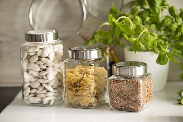 Modne i eleganckie naczynia szklane zachwycają oryginalnymi kształtami i pełną prostoty linią wzorniczą. Niezastąpione w każdej kuchni doskonale pasują do różnych aranżacji wnętrz, idealnie komponując się z pozostałymi elementami wyposaże