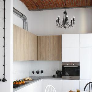 Urządzamy małą kuchnię. Projekt Nowa Papiernia. Fot. Bartosz Jarosz.