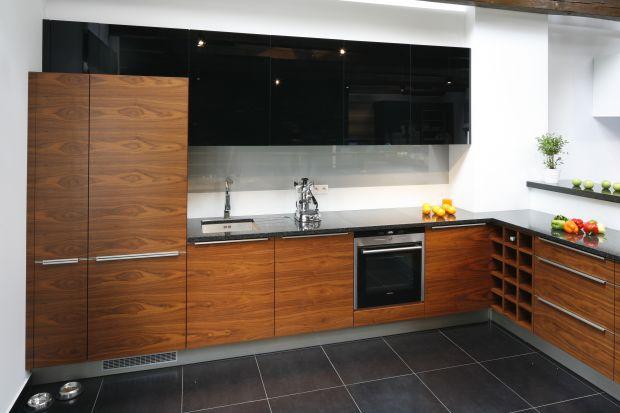 Kuchnia w ciemnym kolorze drewna. 5 pomysłów projektantów
