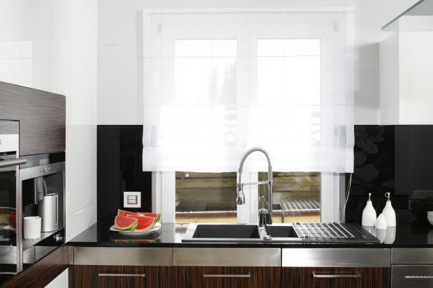 Okno w kuchni to dostęp do naturalnego światła, ale też widok na świat, który na pewno umili codzienne prace kuchenne. Podpowiadamy jak je zaaranżować.