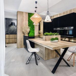 Kuchnia ocieplona drewnem. Projekt Pracownia Mebli Vigo. Fot. Artur Krupa.