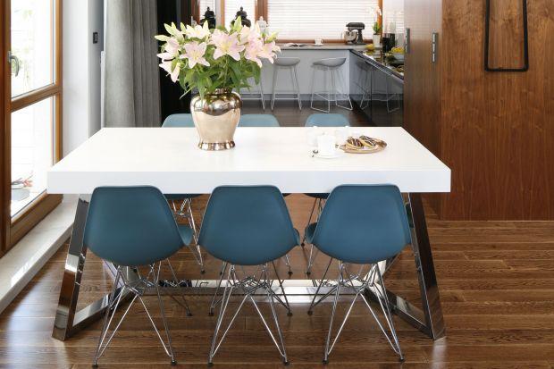 W otwartej strefie dziennej jadalnię warto urządzić między kuchnią a salonem. Podpowiadamy jak to zrobić.