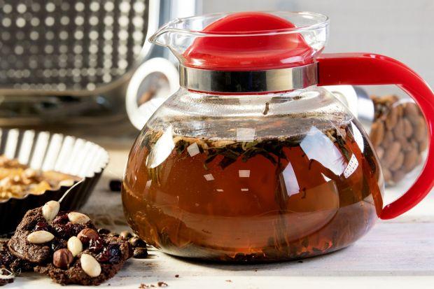 Za oknem mróz, hula wiatr, w ciemności srebrzą się płatki sypiącego śniegu. A w domu ciepło, przytulnie i… aromatycznie. Zapach zaparzonej herbaty napełnia całe mieszkanie. Miesza się z orientalną nutą imbiru, świeżością cytryny i cudow