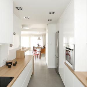 Kuchnia w małym domu jednorodzinnym. Projekt Joanna Ochota. Fot. Bartosz Jarosz.