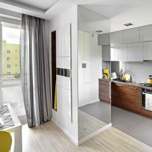 Mała kuchnia otwarta na salon. Projekt Ewa Para. Fot. Bernard Białorucki.