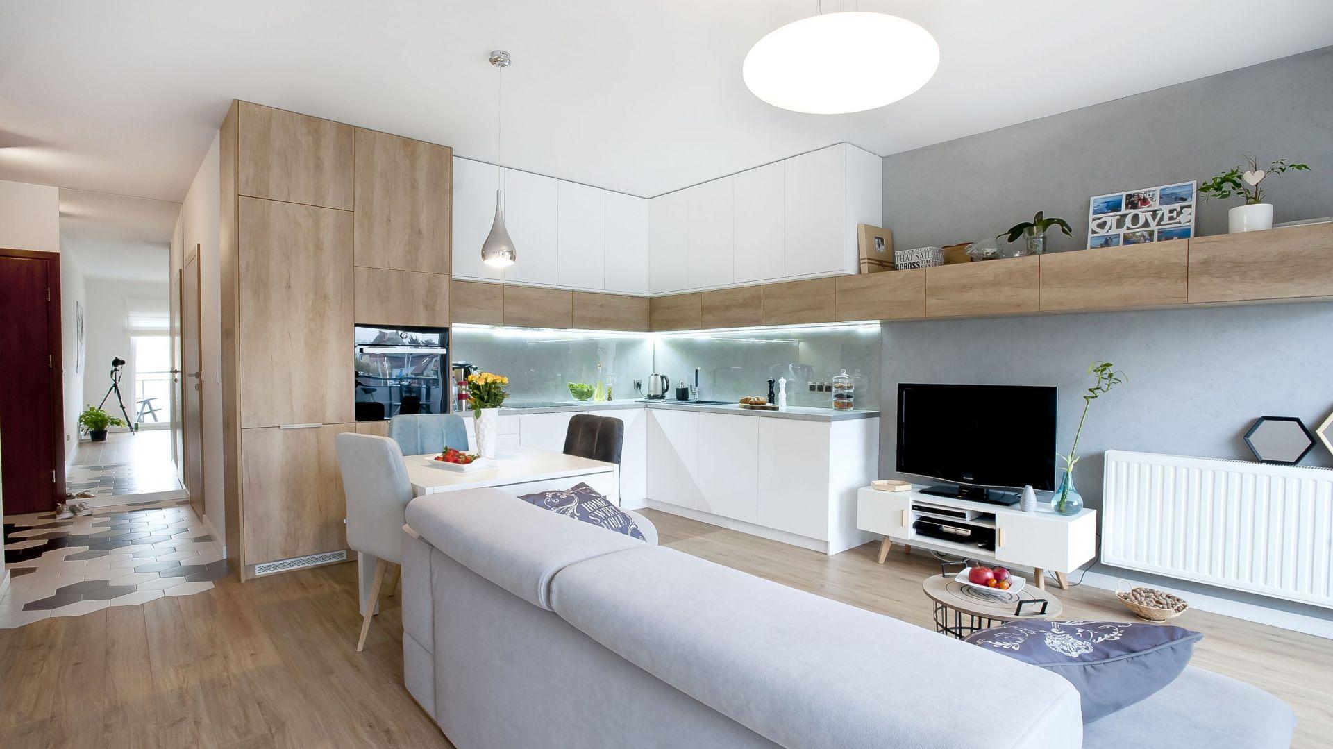 Mała kuchnia otwarta na salon. Projekt Joanna Nawrocka.