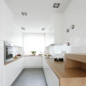 Białe ściany w kuchni. Projekt Joanna Ochota. Fot. Bartosz Jarosz.