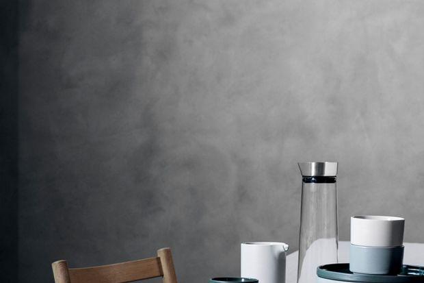 W najnowszej kolekcji wyraźnie widoczne są inspiracje naturą i skandynawskimi trendami. Postawiono przede wszystkim na naturalne materiały, modne kolory i tkaniny, które to w ofercie marki stanowią całkowitą nowość.