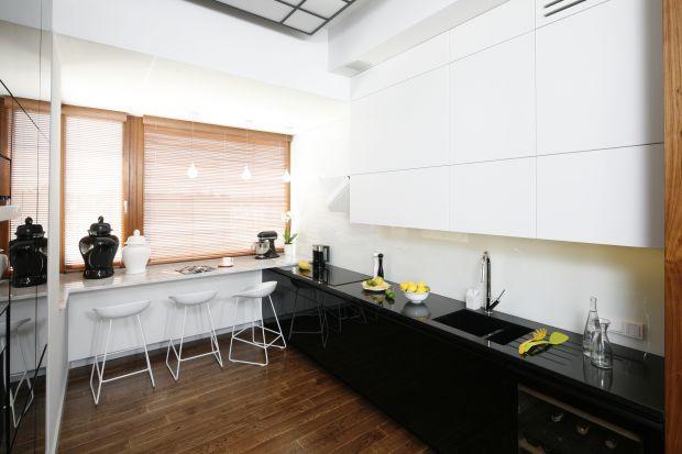 """W aranżacjach okna w kuchni czy jadalni rządzi minimalizm. W myśl zasady """"im mniej, tym lepiej"""" postaw na rolety, które nie tylko osłonią pomieszczenie przed słońcem, ale również, dzięki dekoracyjnym zdobieniom, będą ciekawym uzupełnieni"""