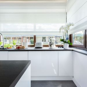 Okno w kuchni. Projekt Studio Meble Wach Max Kuchnie