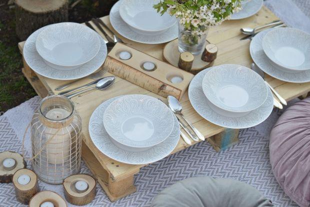 """Piknik na trawie kojarzy Ci się wyłącznie z plastikowymi naczyniami? Czas to zmienić. Zabierz porcelanę w plener! Polskie Fabryki Porcelany """"Ćmielów"""" i """"Chodzież"""" proponują niezwykłą """"koronkową"""" zastawę w przepięknej, subtelne"""