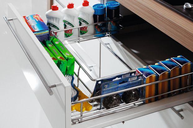 Detergenty, ścierki czy szczotki powinny mieć w kuchni swoje miejsce. Dobrze zorganizowana szafka na środki czystości oszczędza czas i entuzjastycznie nastawia do porządków.
