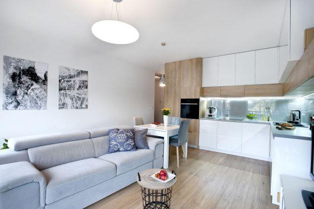 Łączenie kuchni z salonem ma coraz więcej zwolenników. W małych mieszkaniach takie rozwiązanie to często jedyne wyjście, bo połączenie tych dwóch pomieszczeń to przede wszystkim spora oszczędność miejsca. Podpowiadamy jak urządzić małą