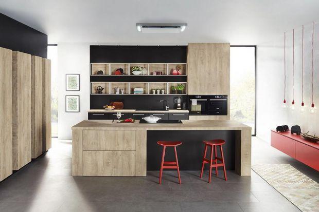 Jasne drewno w kuchni z wyspą. 3 pomysły na aranżację