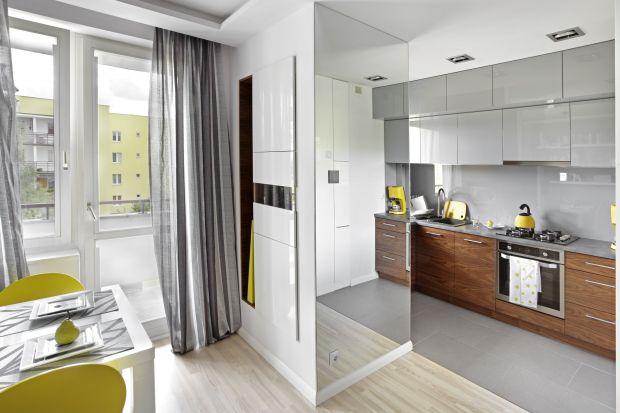 Lustro w kuchni to sprawdzony sposób na optyczne powiększenie przestrzeni. Dodatkowo stanowi oryginalny element dekoracyjny.