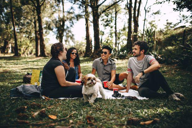 Wakacyjna aura i słoneczna pogoda to idealna chwila na zaplanowanie spotkania na świeżym powietrzu z rodziną i najbliższymi przyjaciółmi. Podczas planowania spotkania z przyjaciółmi zadbaj o detale