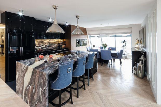 To prawda, że podłoga drewniana stanowi zazwyczaj ozdobę domu. Zanim jednak zdecydujemy się na wybór konkretnych desek, warto mieć świadomość, że jest to materiał naturalny, a przez to zupełnie inny niż np. panele laminowane. Co warto wiedzie